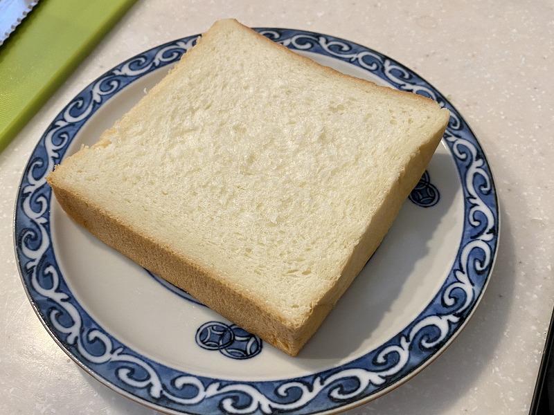 高級食パンお皿に盛る